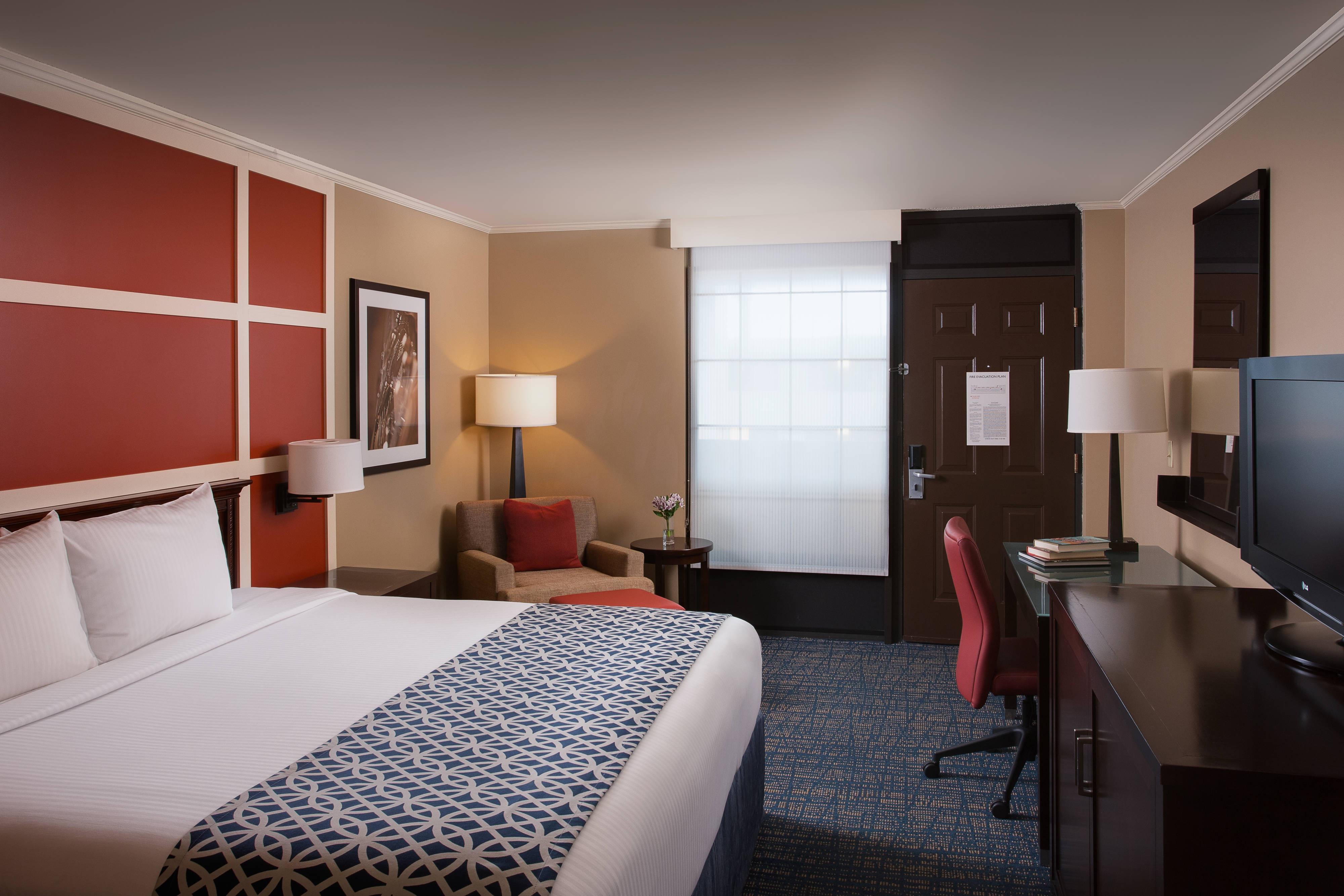 Innenausstattung eines Gästezimmers mit Kingsize-Bett