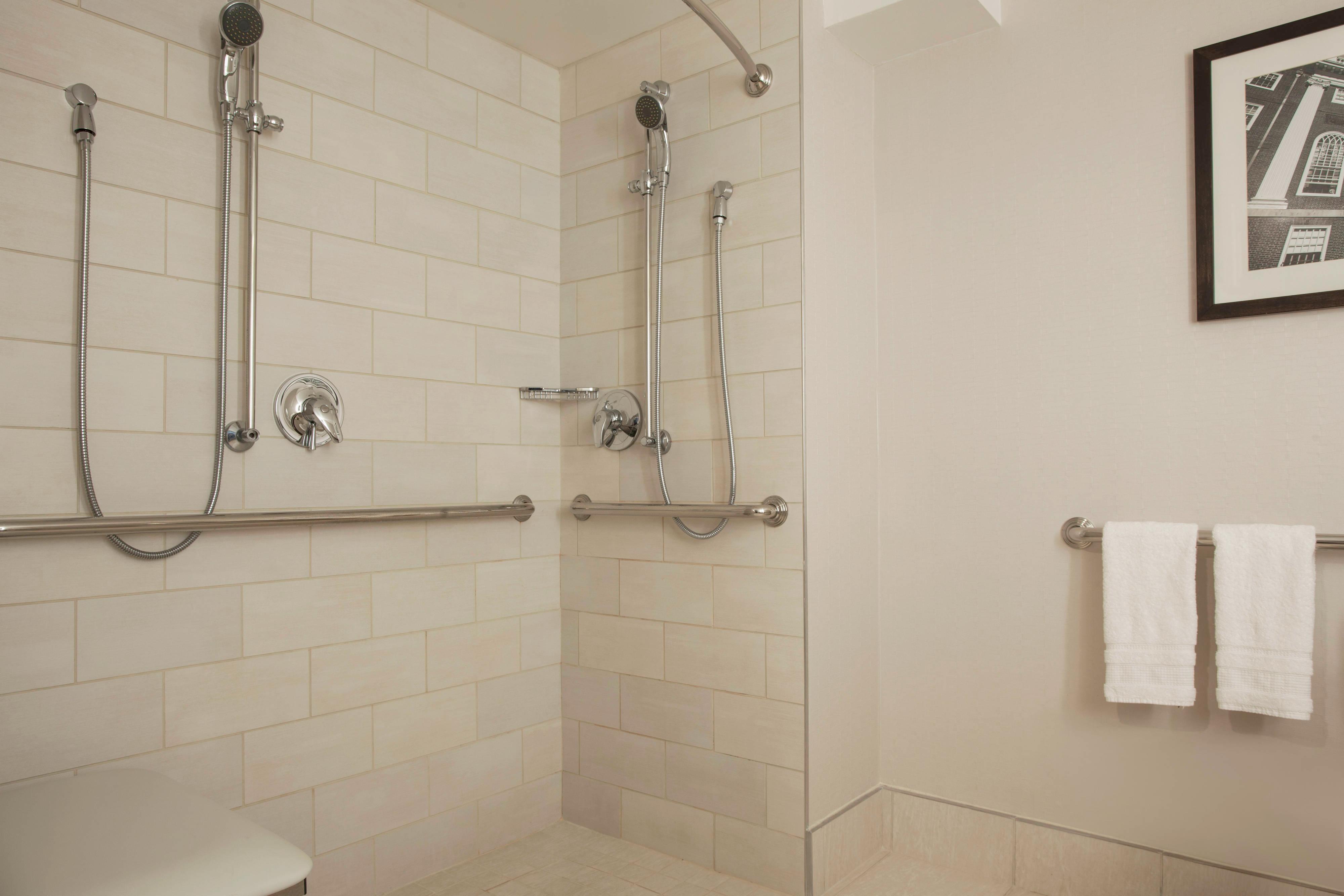Baño con facilidades para personas con necesidades especiales en torre sur