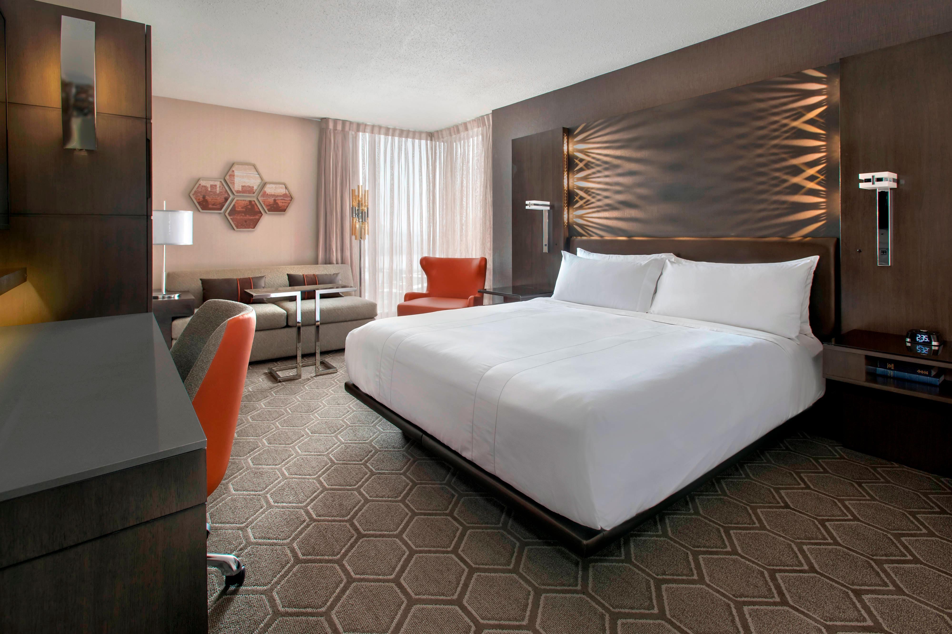 Gästezimmer mit Kingsize-Bett in der Club-Etage
