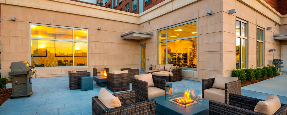 Patio exterior del Residence Inn Boston Needham