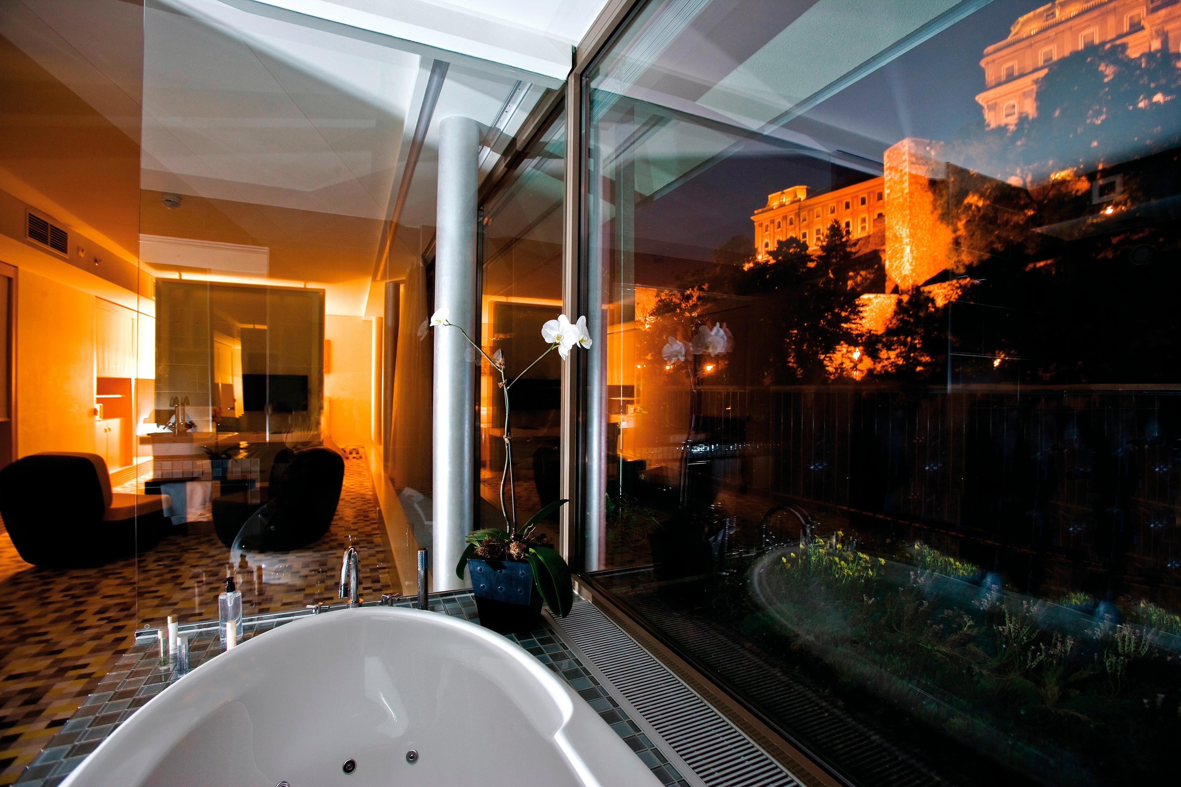 Bad im Gästezimmer mit Kingsize-Bett und Panoramablick auf die Burg
