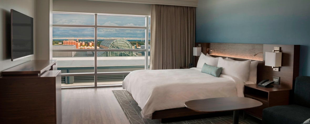 Chambre avec lit king size de l'hôtel Buffalo Marriott HARBORCENTER