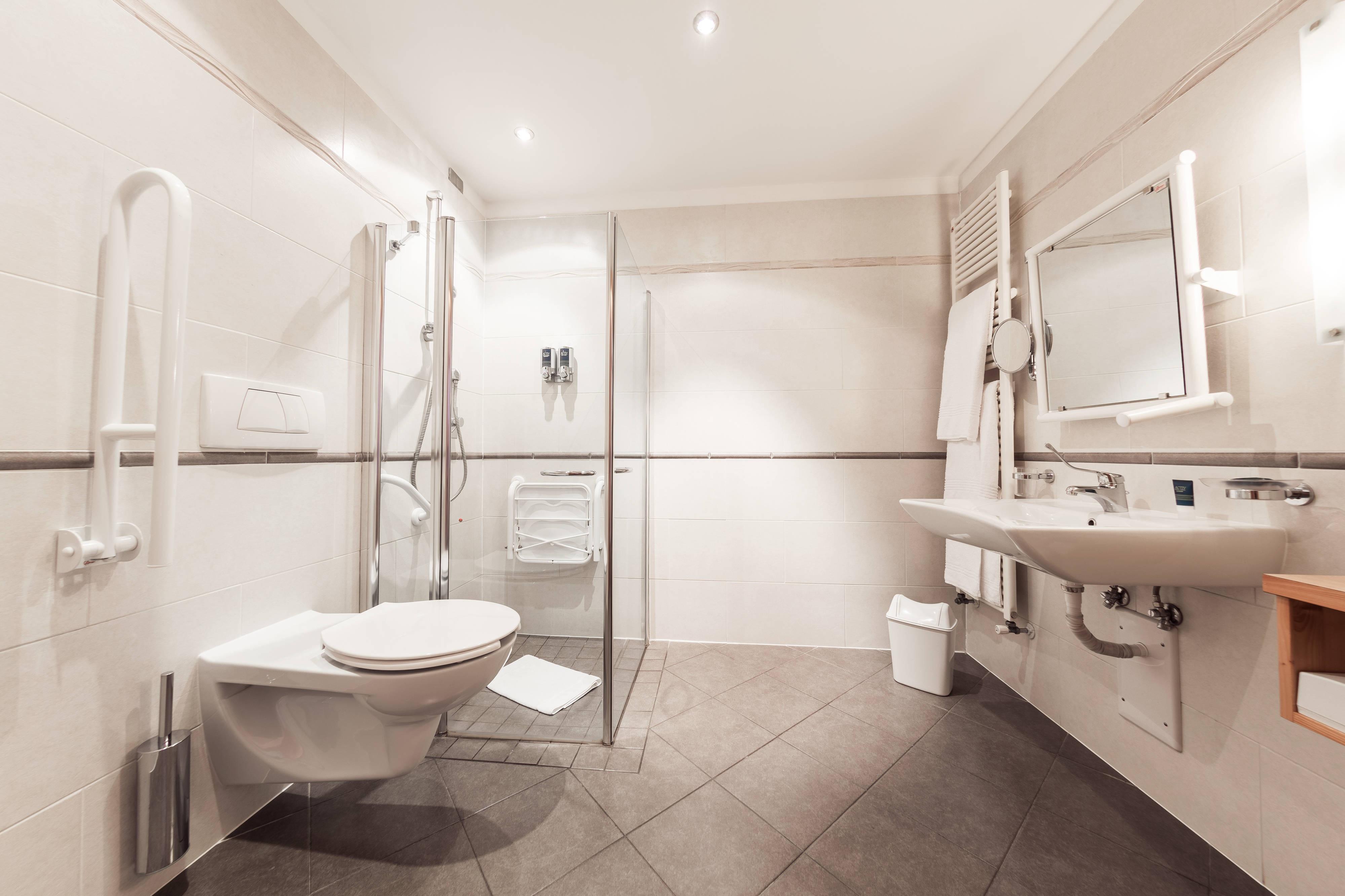 Salle de bains accessible aux personnes à mobilité réduite