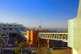 Passerelle menant à l'aéroport