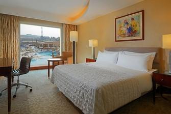 Deluxe Gästezimmer mit Kingsize-Bett und Poolblick
