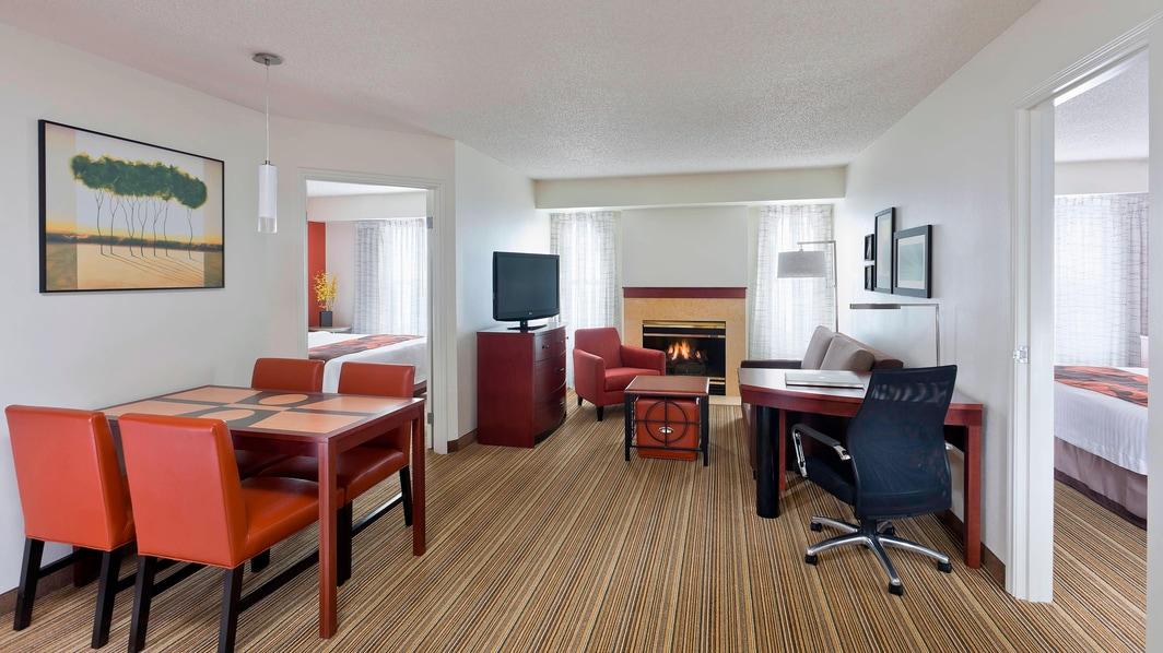 Wohnbereich der Suite mit zwei Schlafzimmern