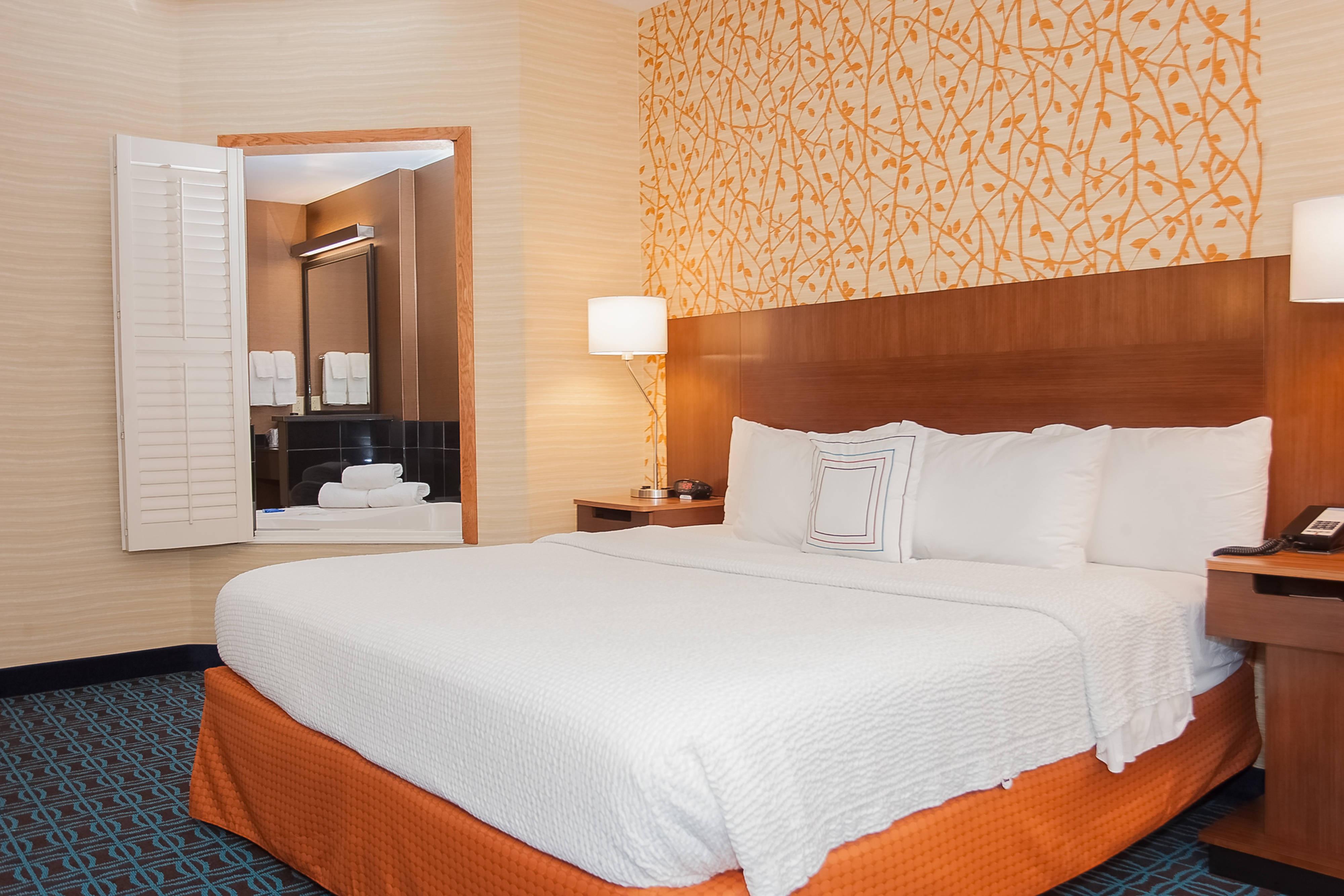 Chambre à très grand lit avec bain à remous