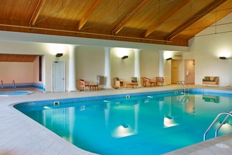 Piscina interna do hotel Huntingdon Marriott