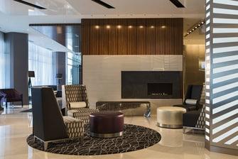 Chimenea del lobby del hotel en el centro de Chicago