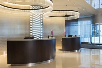 Mostrador de recepción del hotel en el centro de Chicago