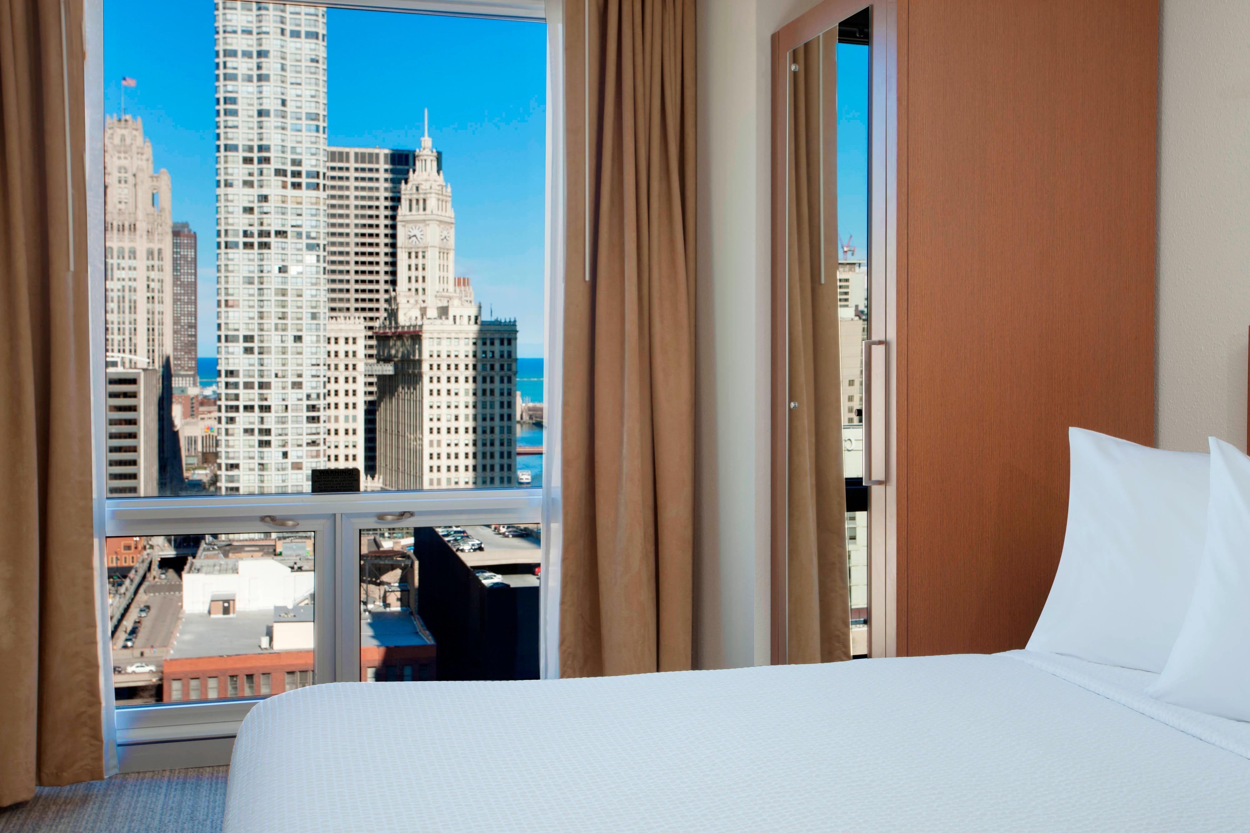 Suite mit zwei Doppelbetten und Stadtblick