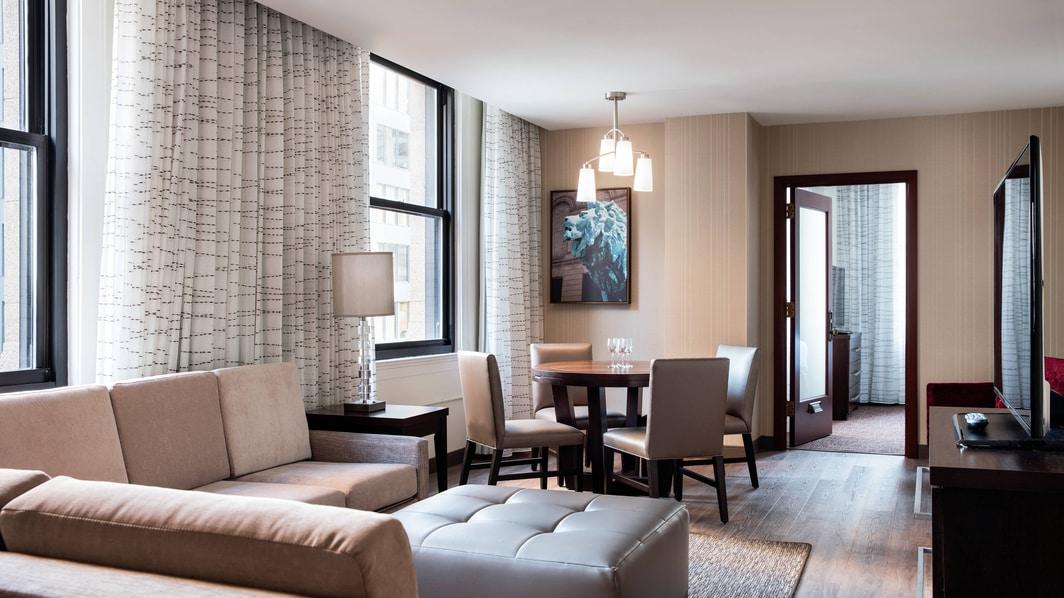 Salon de la suite à deux chambres