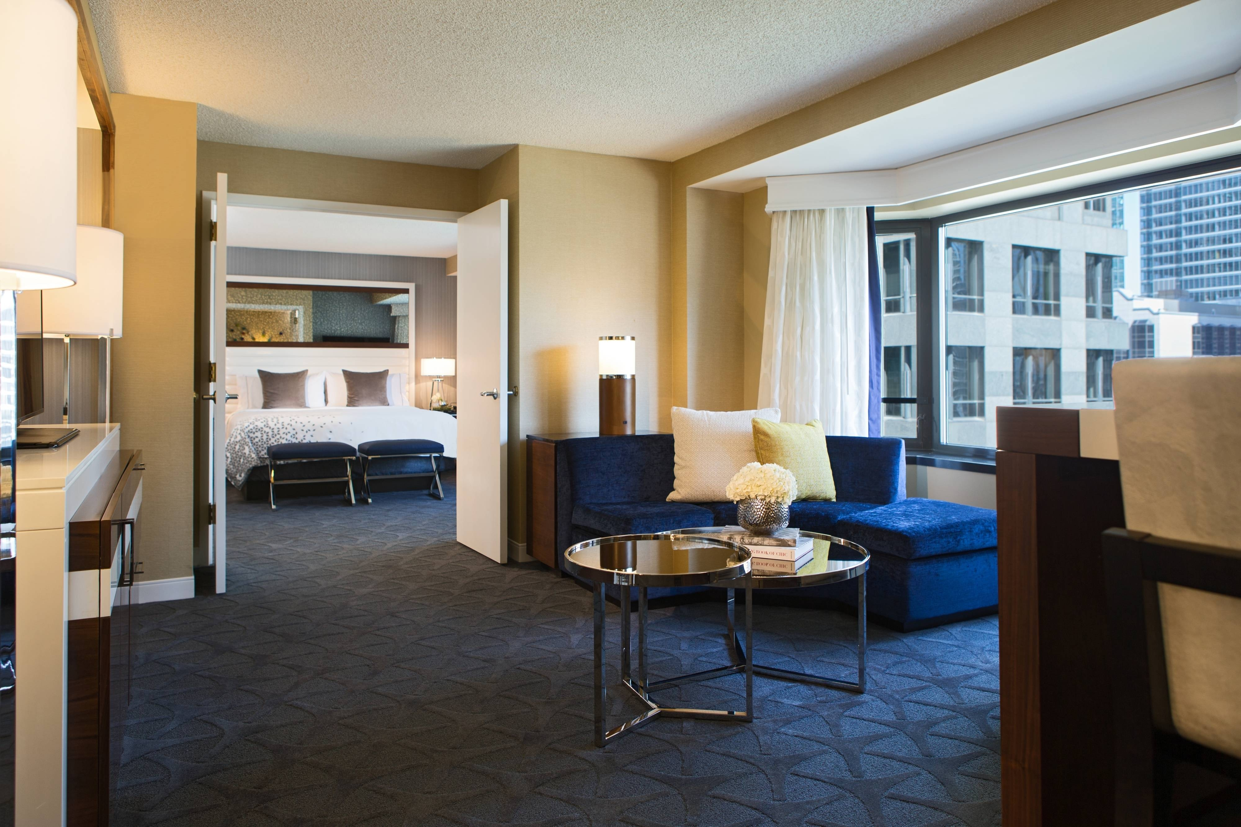 Downtown chicago hotel rooms and suites renaissance for Hotel decor chicago