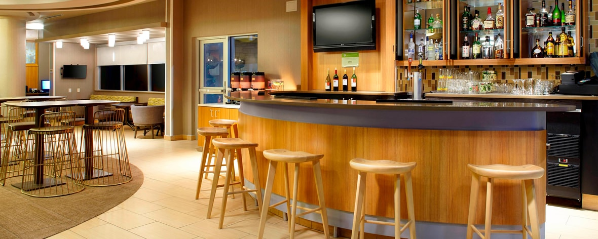 Lounge de cócteles del SpringHill Suites Chicago Waukegan/Gurnee