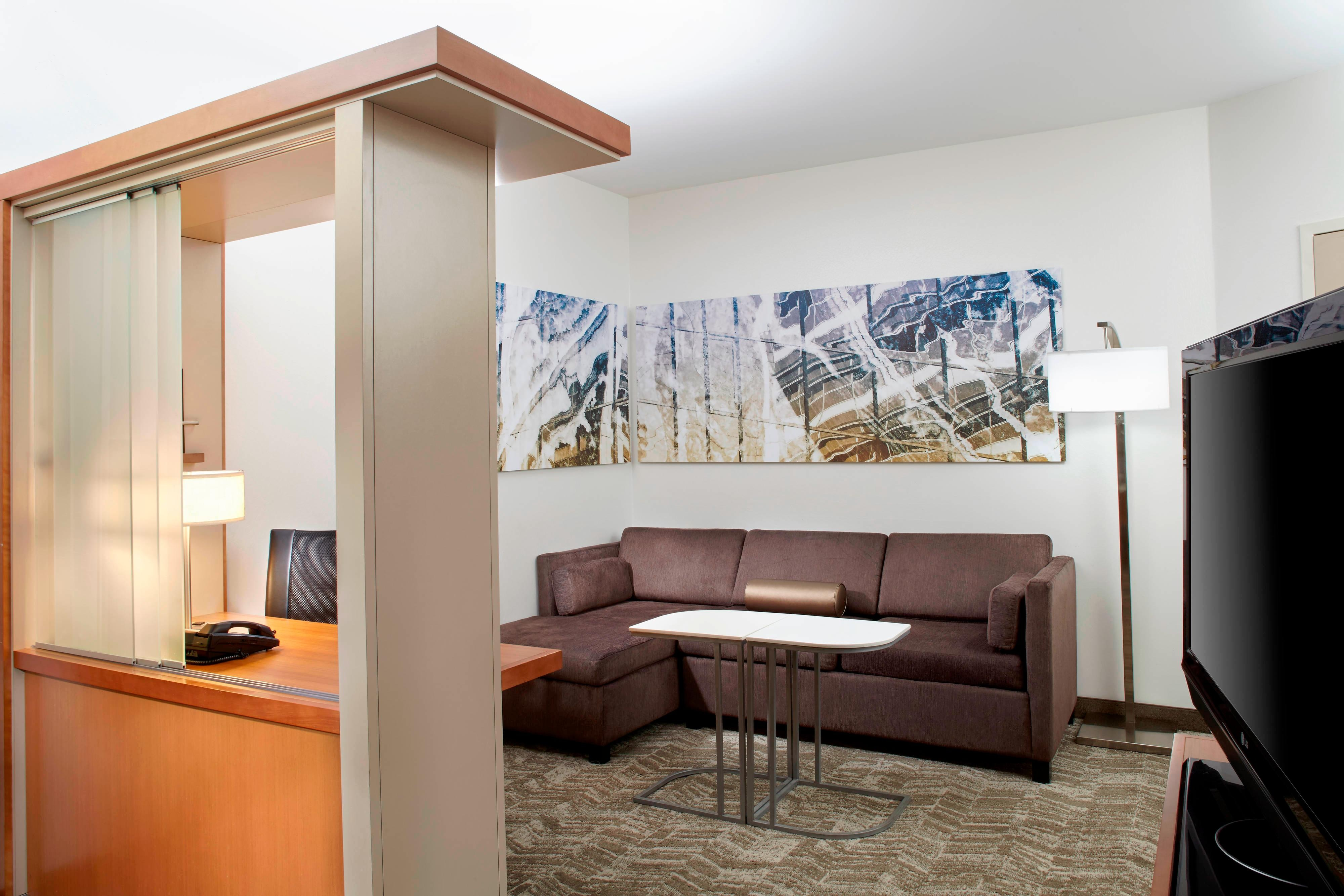 Springhill-suites-guestroom-suite-seating area