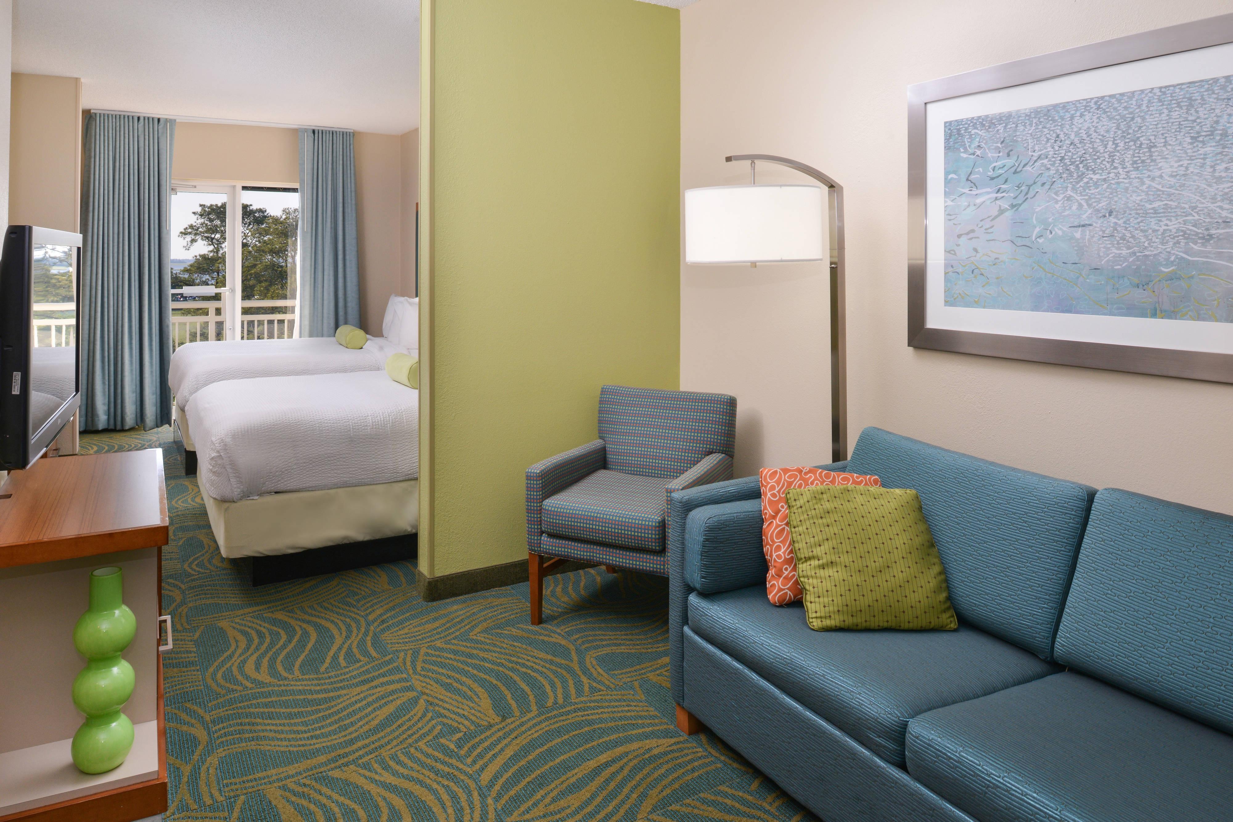 Queen/Queen Water View Suite - Living Area