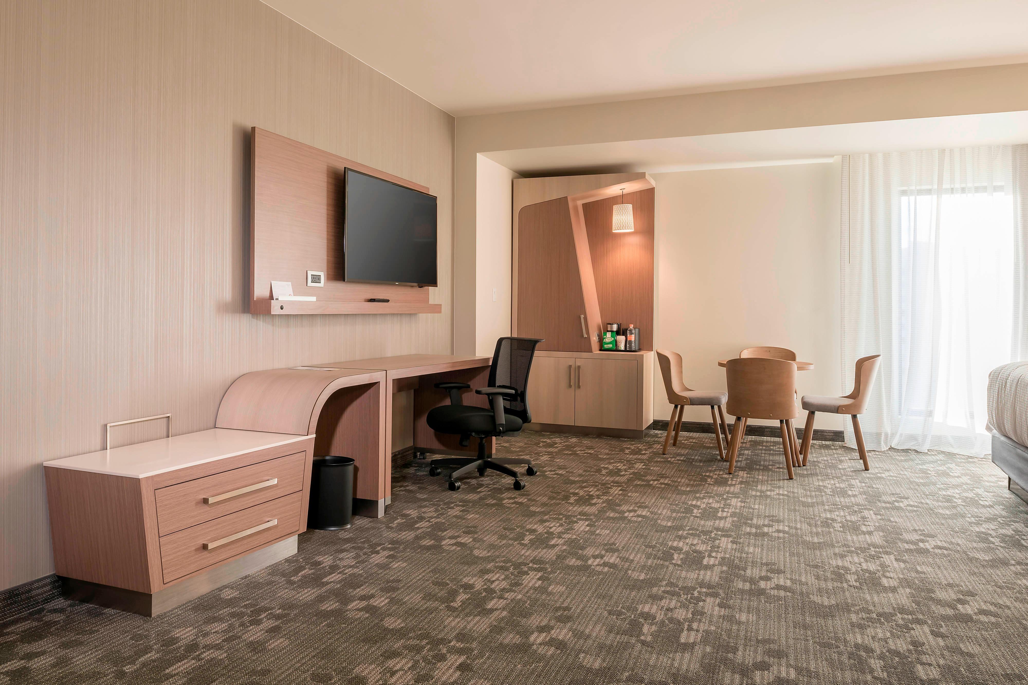 Chambre avec deux grands lits doubles adaptée aux séjours de longue durée