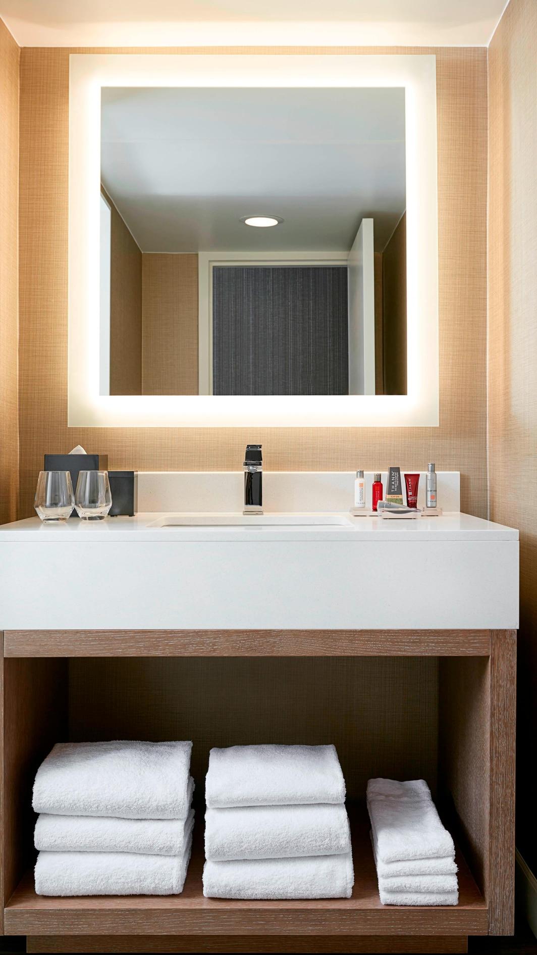 Baño de la habitación en el centro urbano de Charlotte