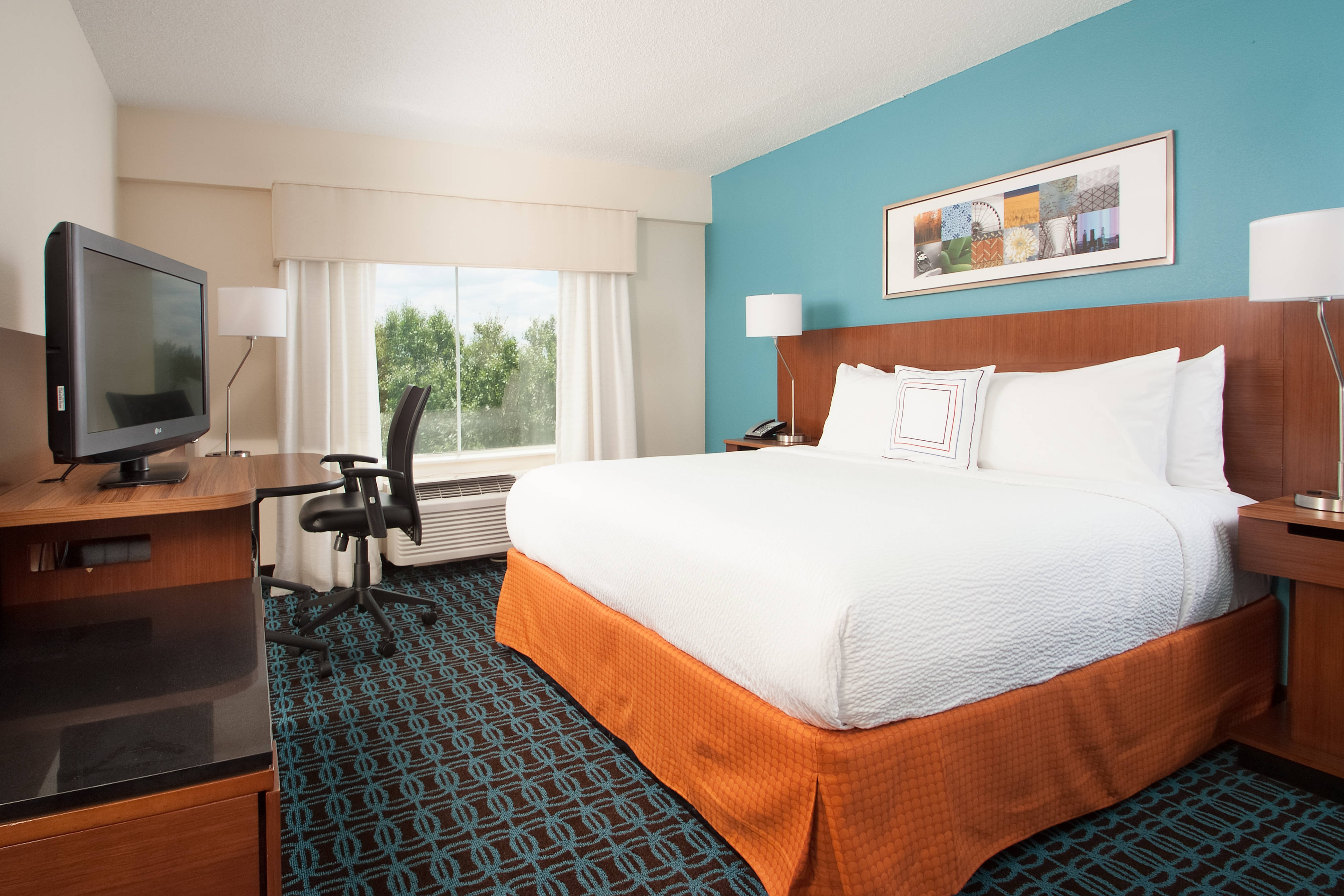 luxury hotels near the Charlotte airport with free WIFI