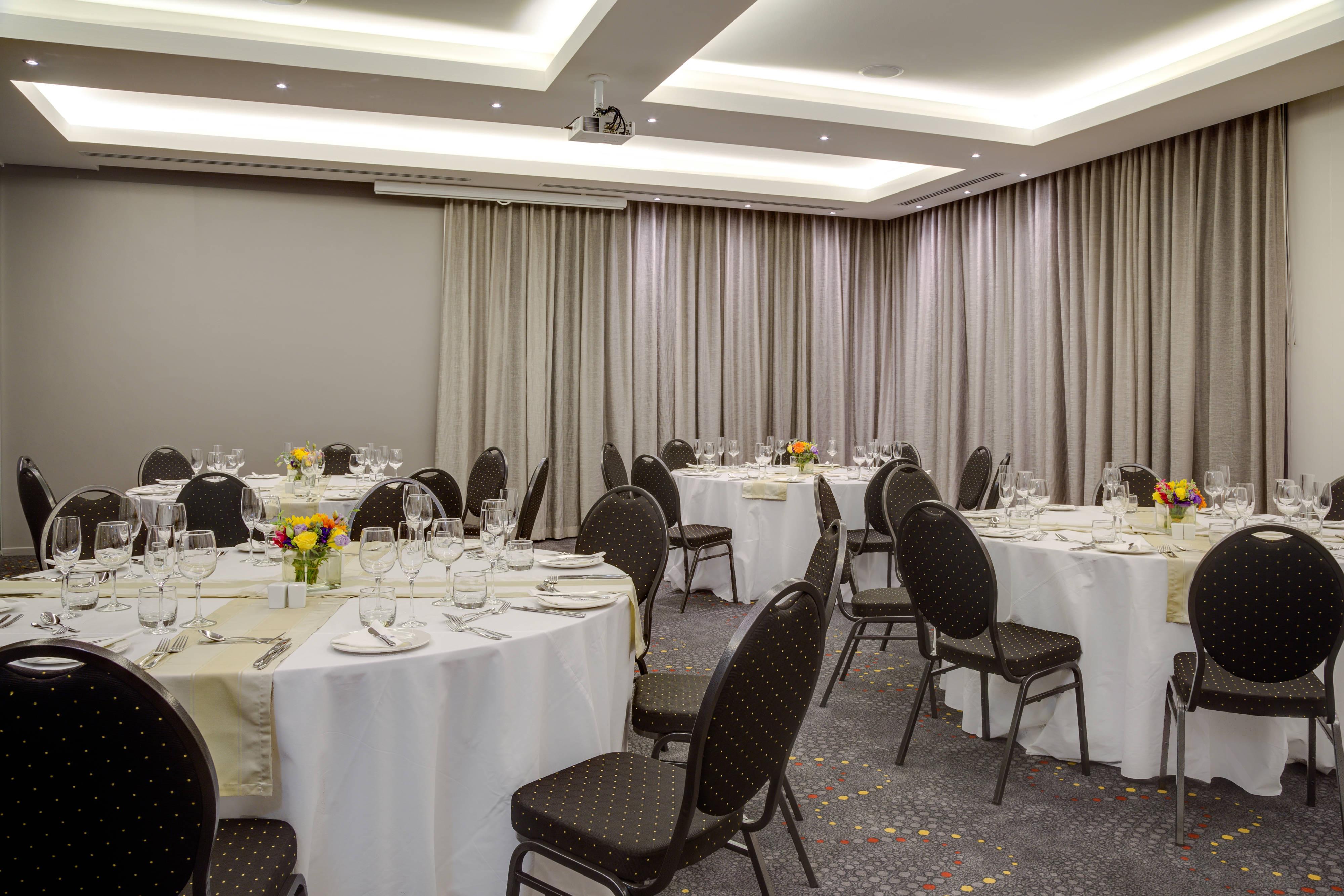 Salle de réunion–configuration tables rondes