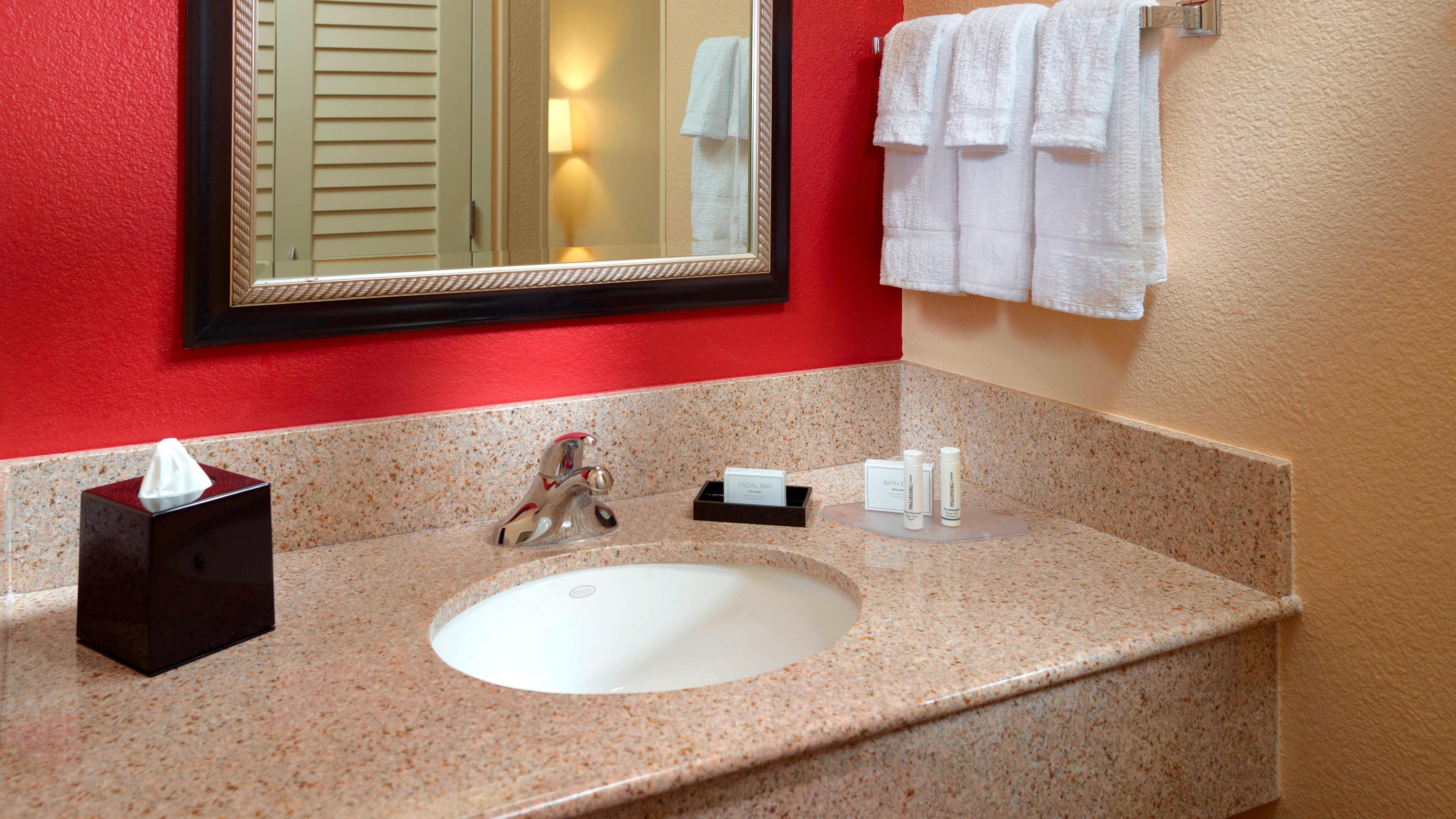 Waschtisch eines Badezimmers im Courtyard Columbus