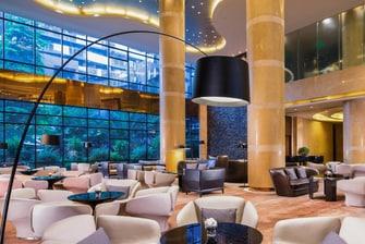 于 R Lounge 酒廊放松身心