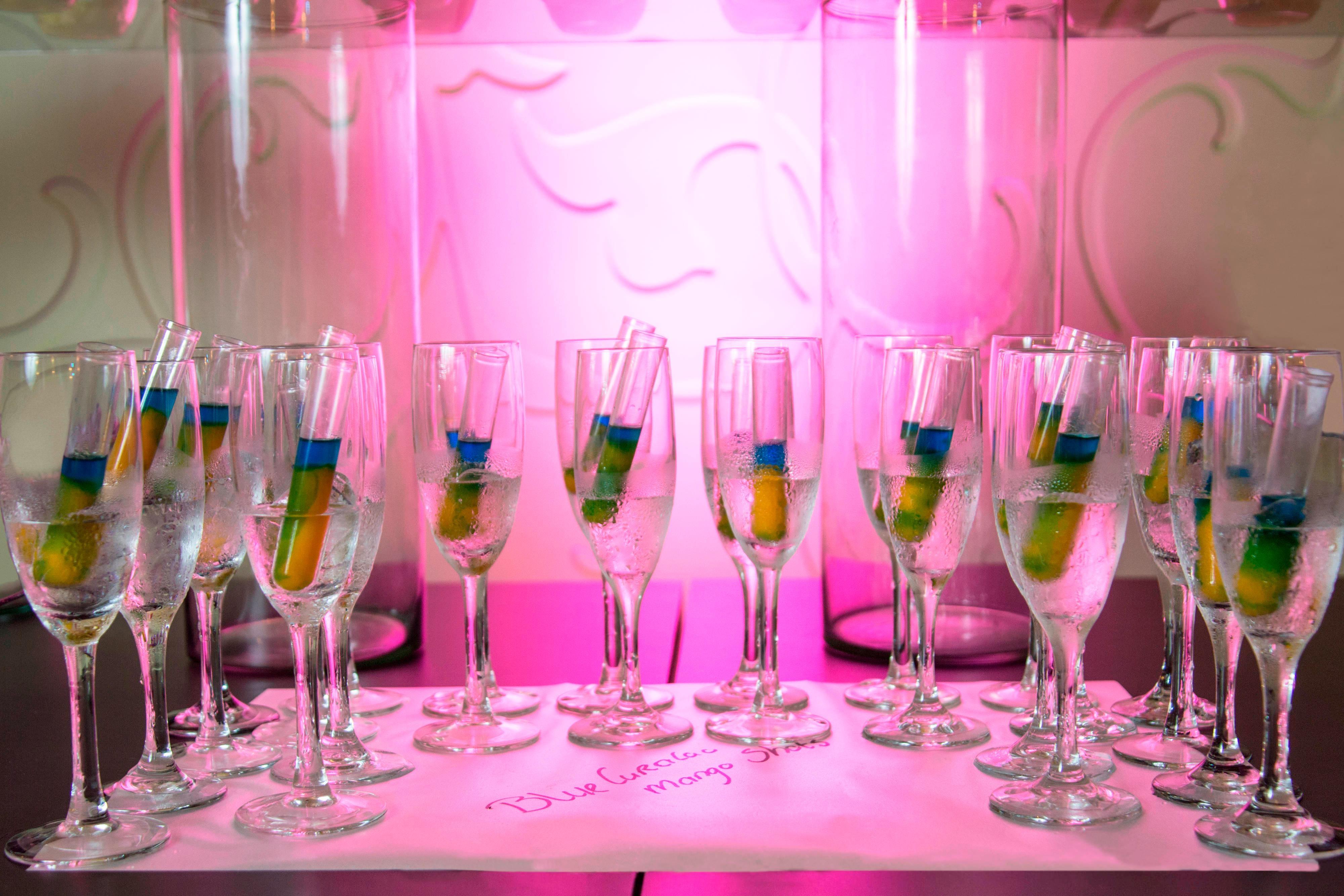 Bebidas del resort preparadas con curaçao