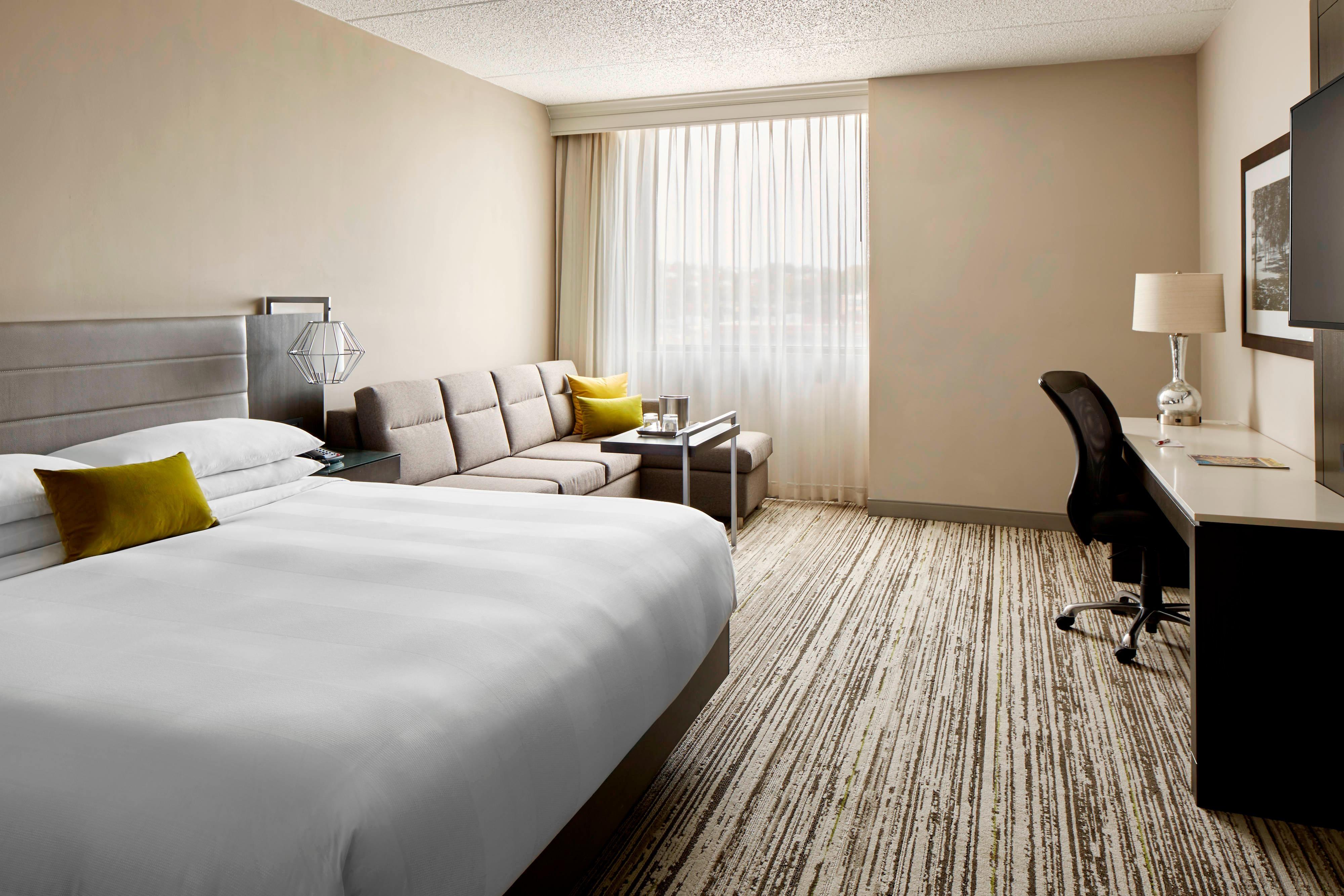 Gästezimmer mit Kingsize-Bett und Schlafsofa