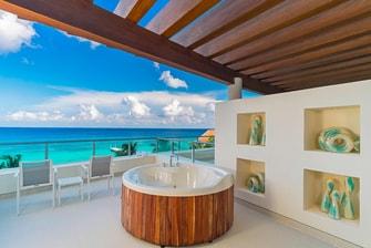 Habitación de lujo con bañera de hidromasajes al aire libre