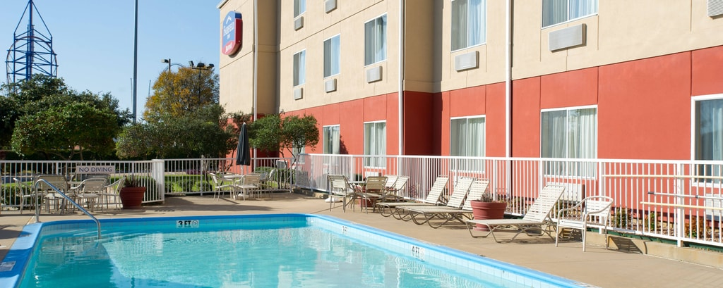Piscina al aire libre del Fairfield Inn DFW