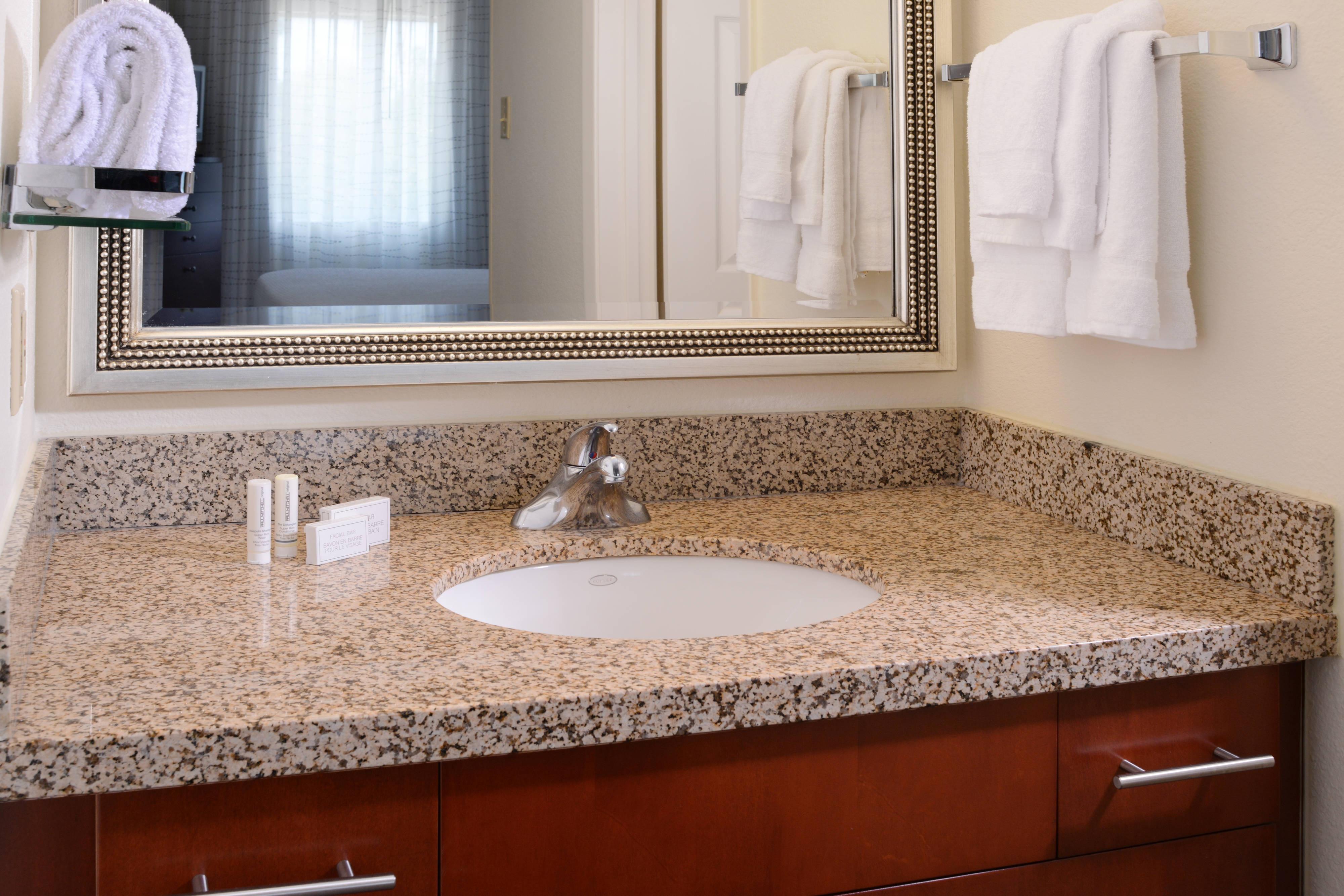 Baño de la habitación del hotel en Dallas, TX