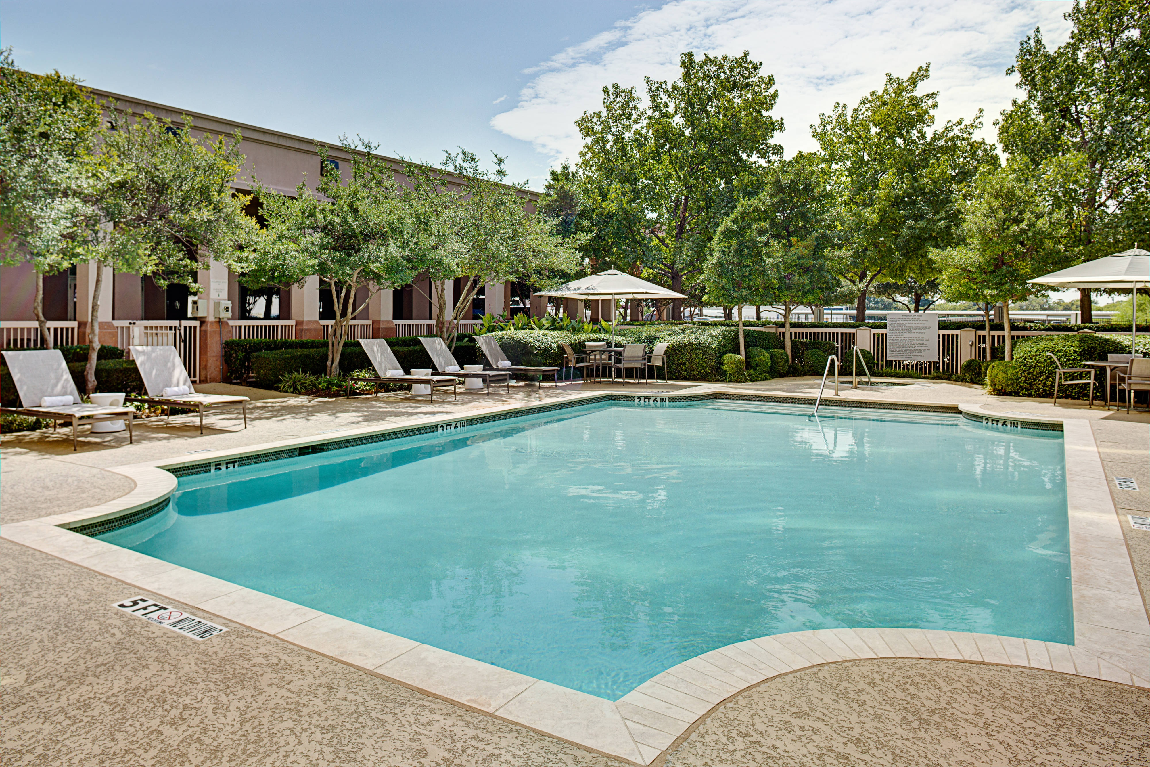 dallas hotel with pool