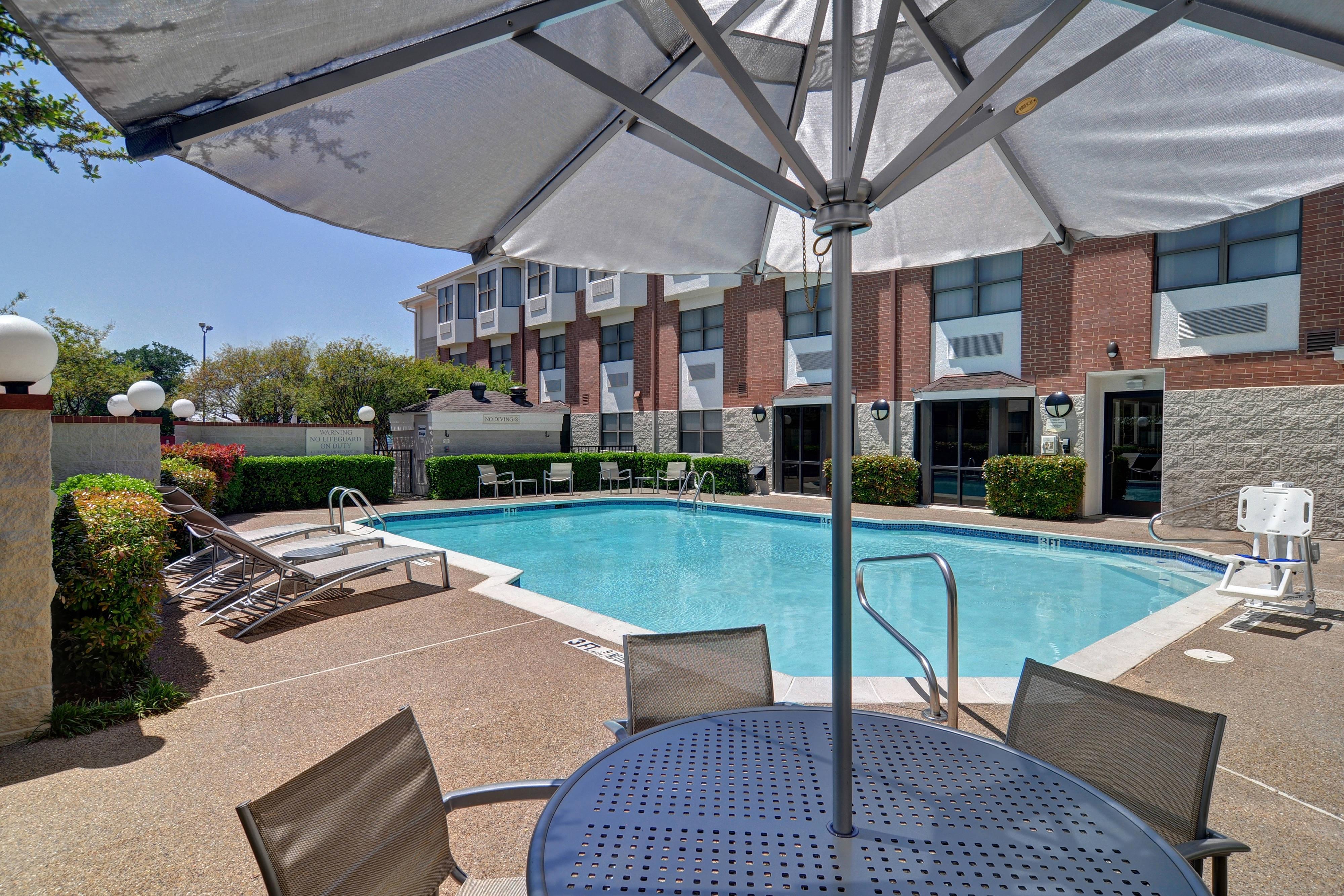 Hotel con piscina en el norte de Dallas.
