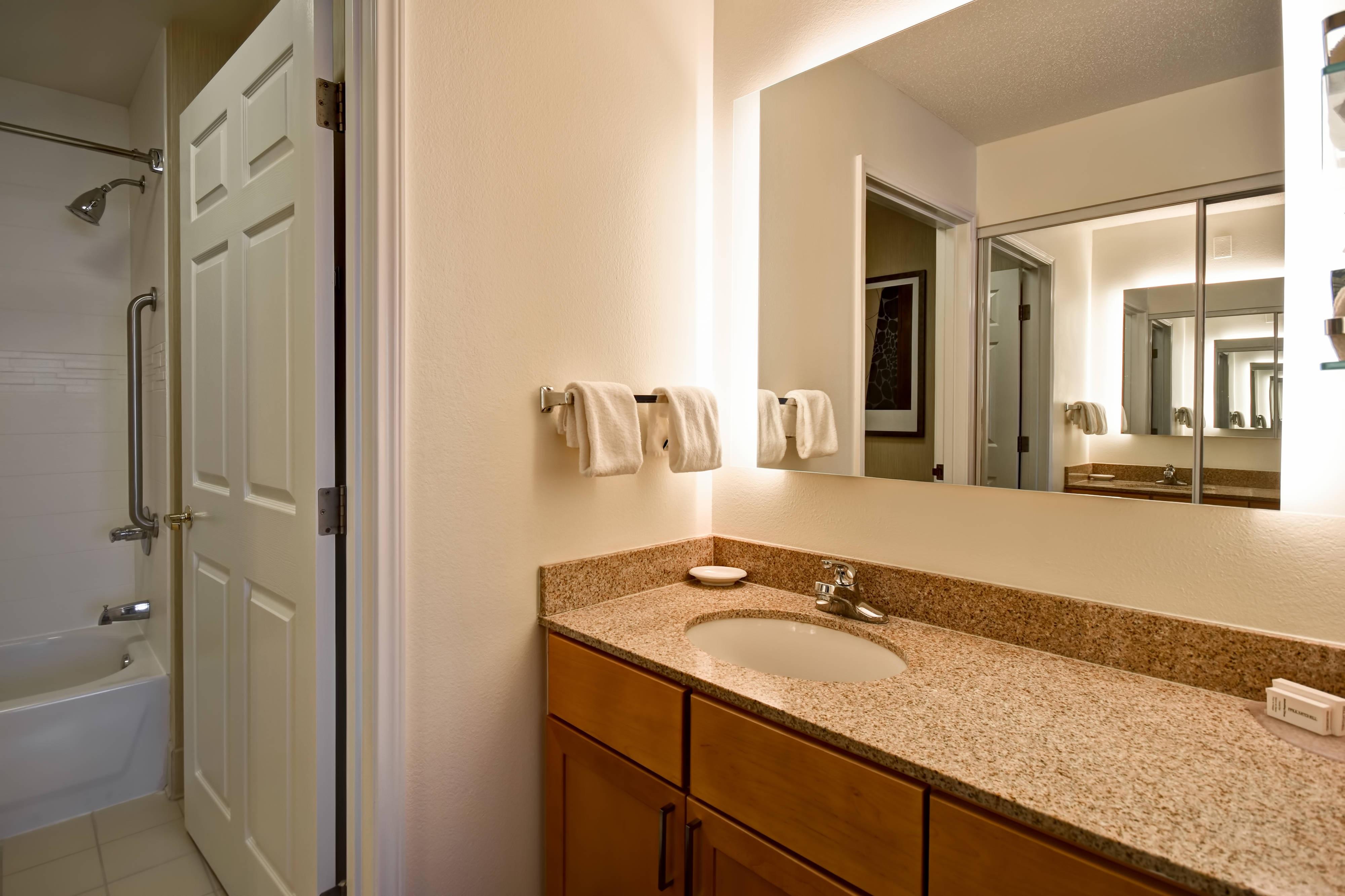 客室バスルーム-シャワーとバスタブのコンビネーション