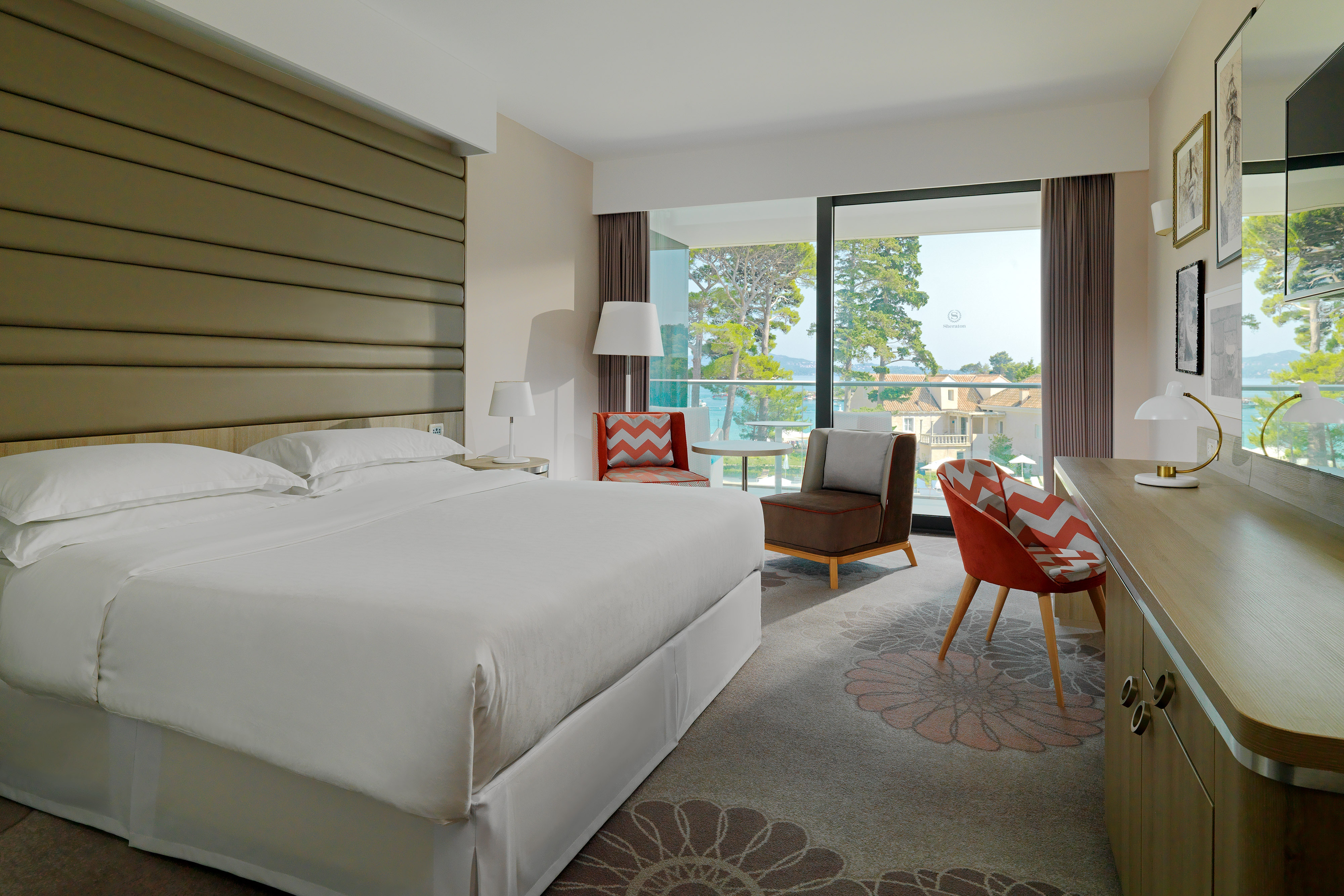 Superior guest room, king bed