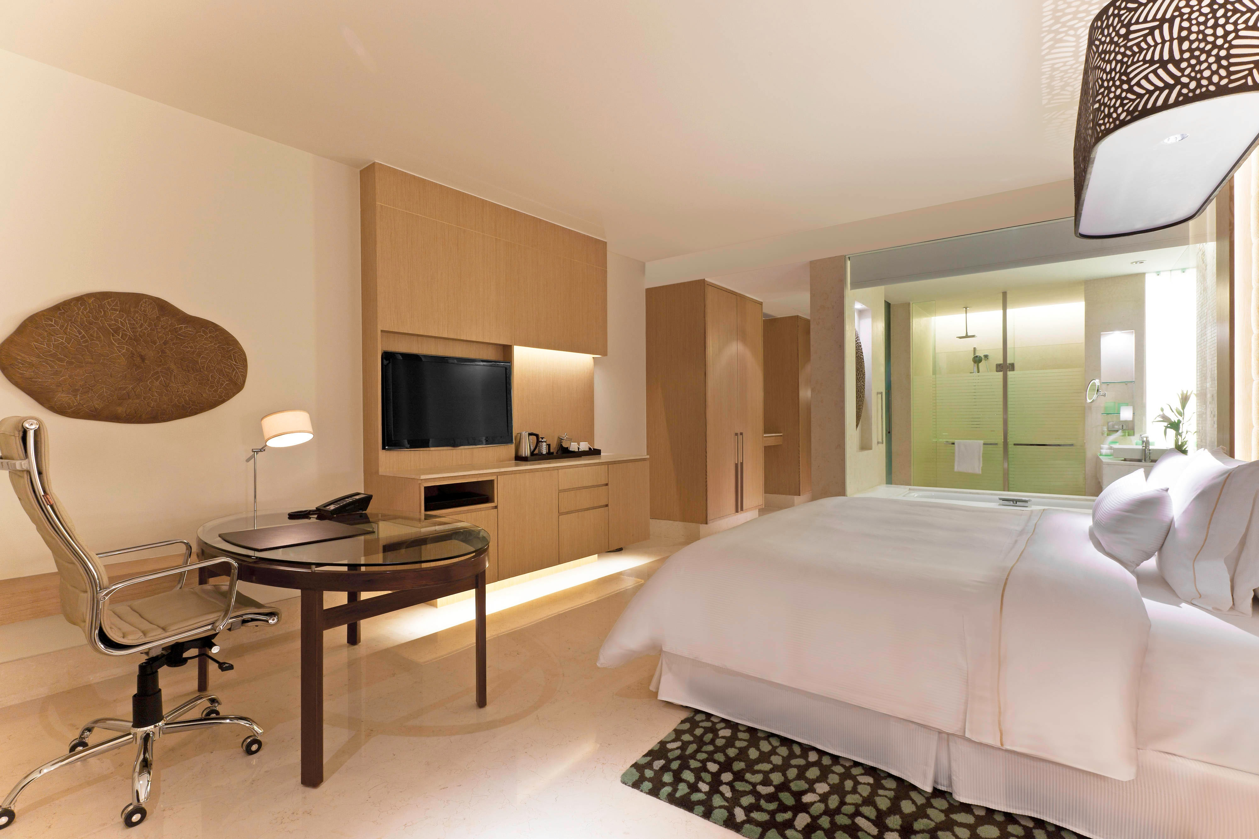 Premiure Room, 1 King Bed, Pool view