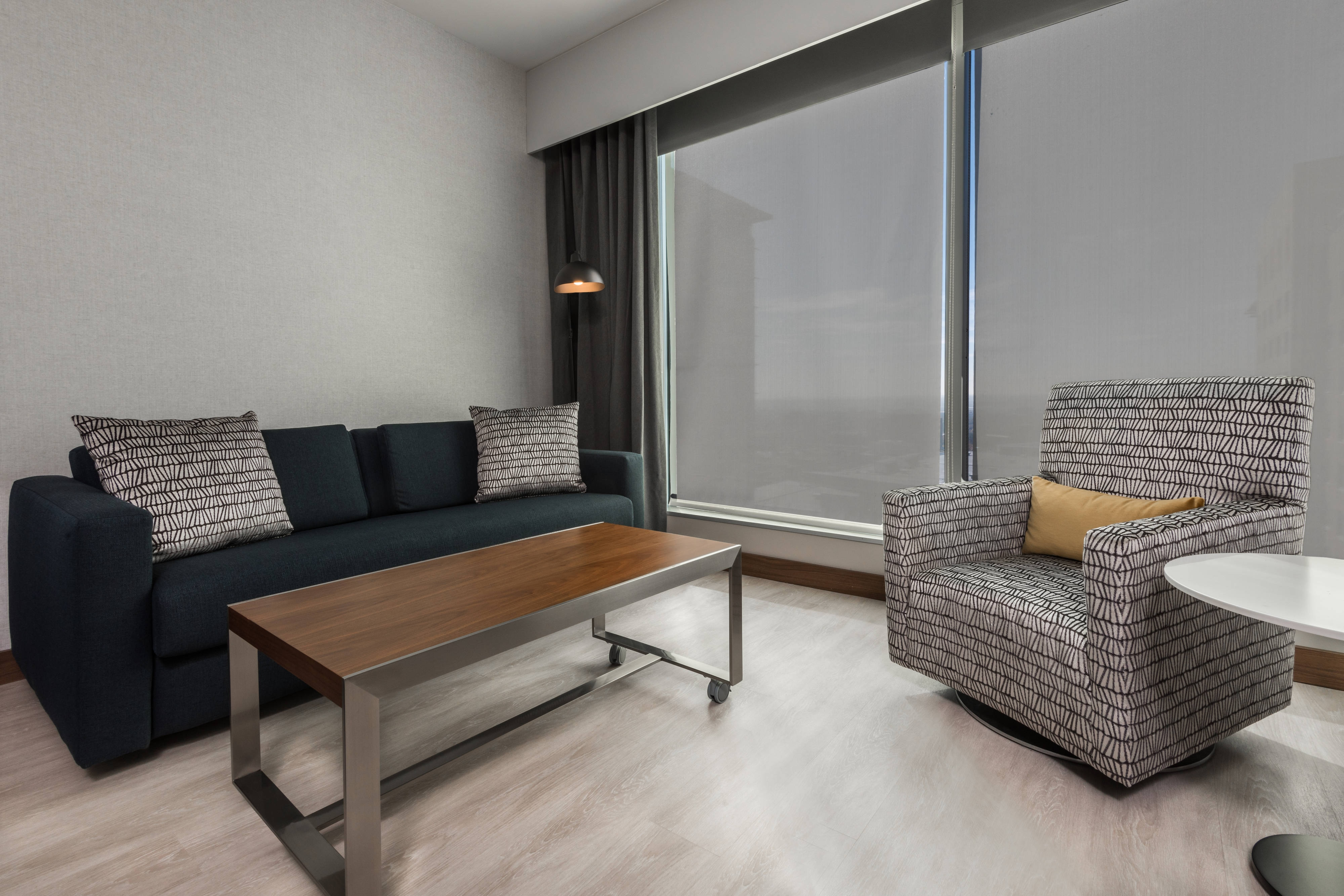 King Guest Room with City View - Living Area