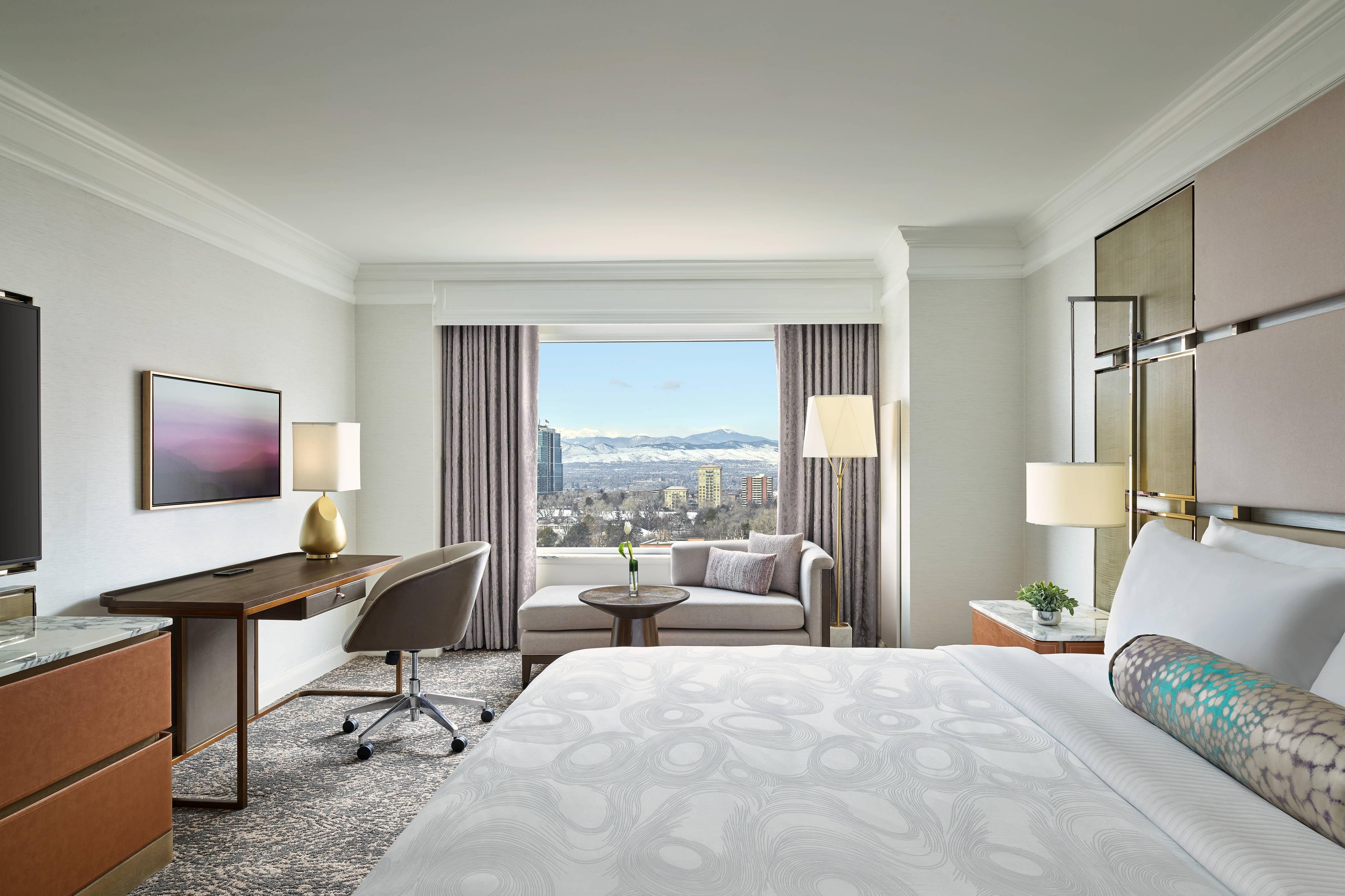 Gästezimmer mit Kingsize-Bett– Bergblick