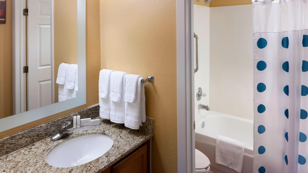 Baño del TownePlace Suites Dallas Arlington North