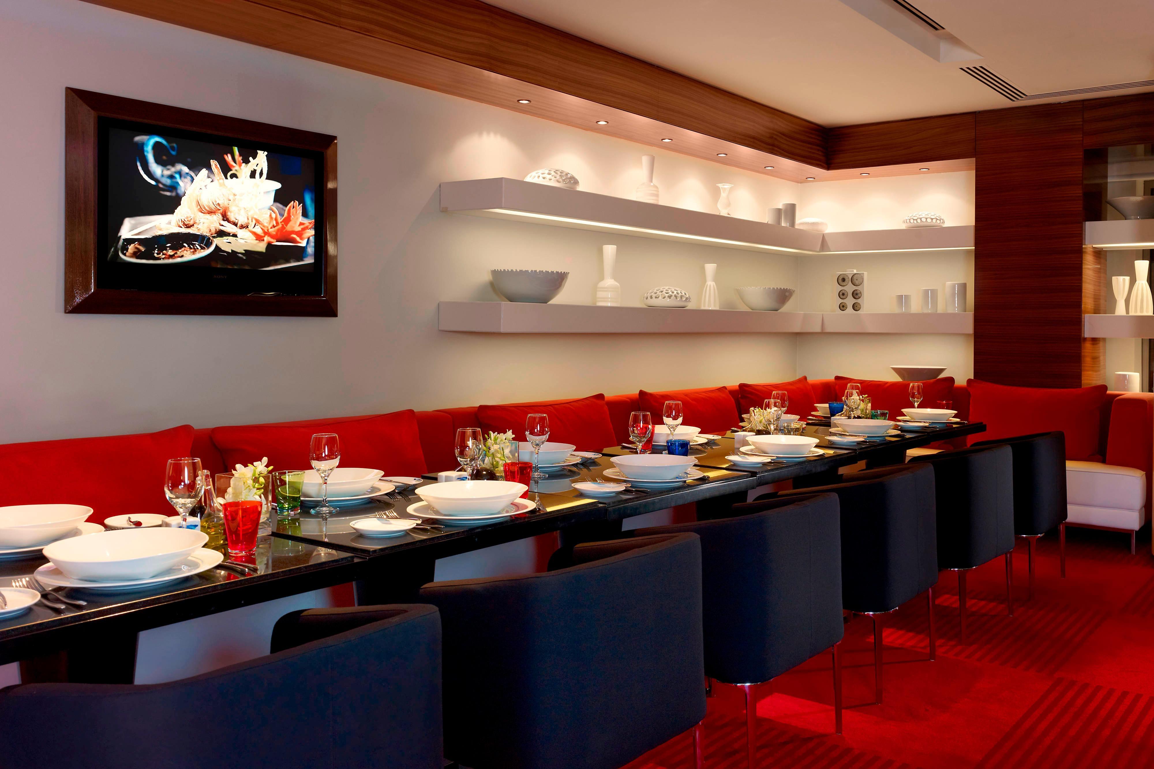 Leonardo Restaurant - Long Table