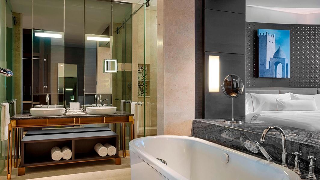 Chaque salle de bain Deluxe est équipée de produits de bain au thé blanc White Tea by Westin™, d'une baignoire indépendante ainsi que d'une douche à effet pluie.