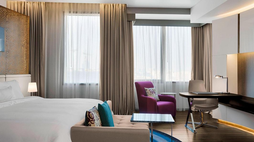広々としたエグゼクティブルームは、オリジナルのウッドフロアー、現代的な家具、贅沢な織物、穏やかな色合いが特徴です。プールビュー客室からは、広大なホテル敷地の景色をご覧いただけます。