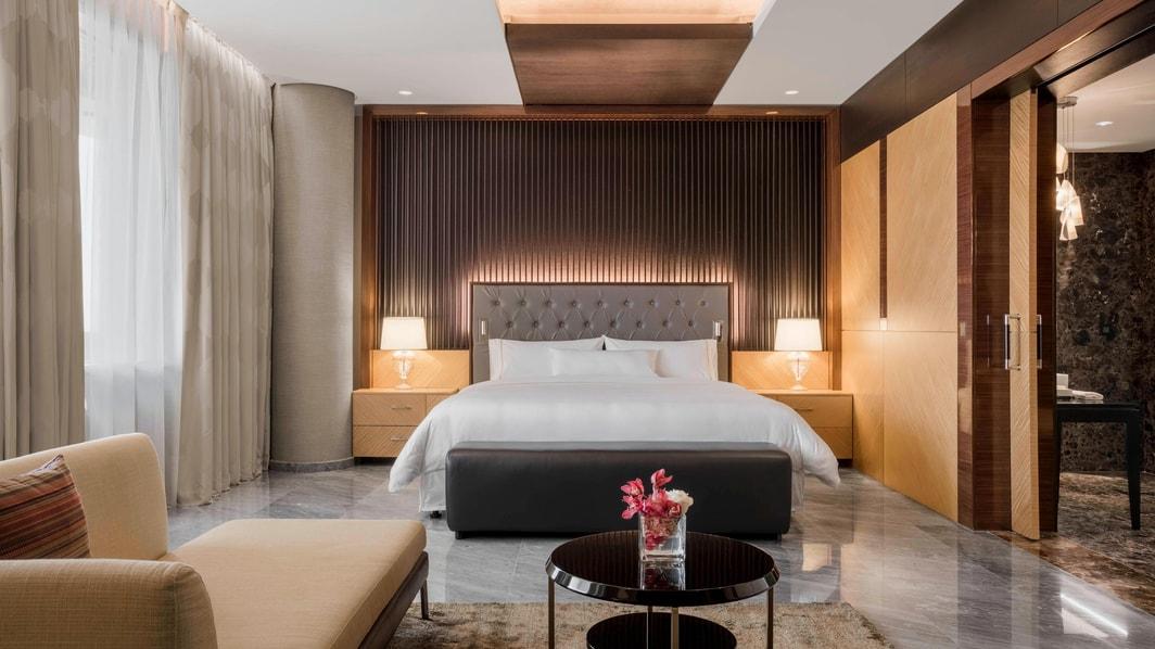 El espacioso dormitorio principal incluye unos cómodos sillones, un amplio tocador, un clóset con vestidor y un televisor de alta definición de 55 pulgadas. Un sistema de control de alta tecnología permite a los huéspedes ajustar la iluminación, las cortinas y la música en la suite con un solo dedo.