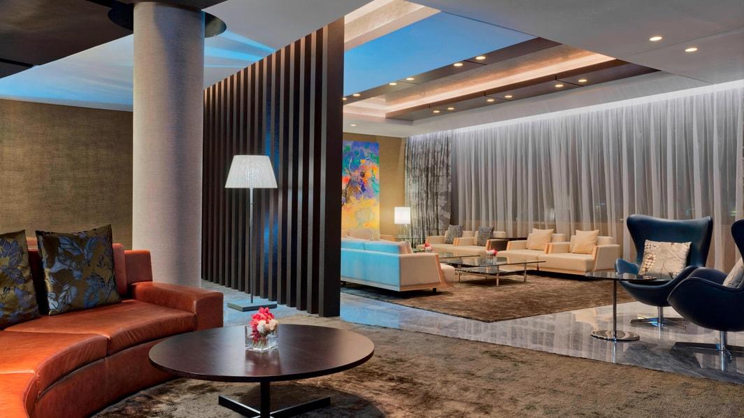 La elegante sala de estar con un cómodo sofá y varios sillones lo invita a relajarse y socializar con estilo. Durante su estancia los huéspedes podrán disfrutar de un televisor de alta definición de 55 pulgadas y un sistema de sonido Bose.