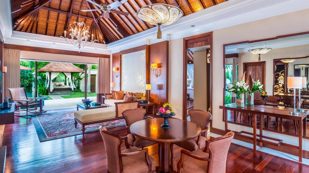 Sala de estar de la villa con piscina en forma de laguna