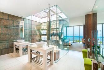 Marvelous Suite - Bathroom with Skylight