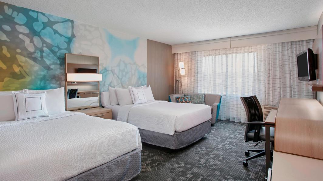 Área de trabajo de la habitación con dos camas dobles
