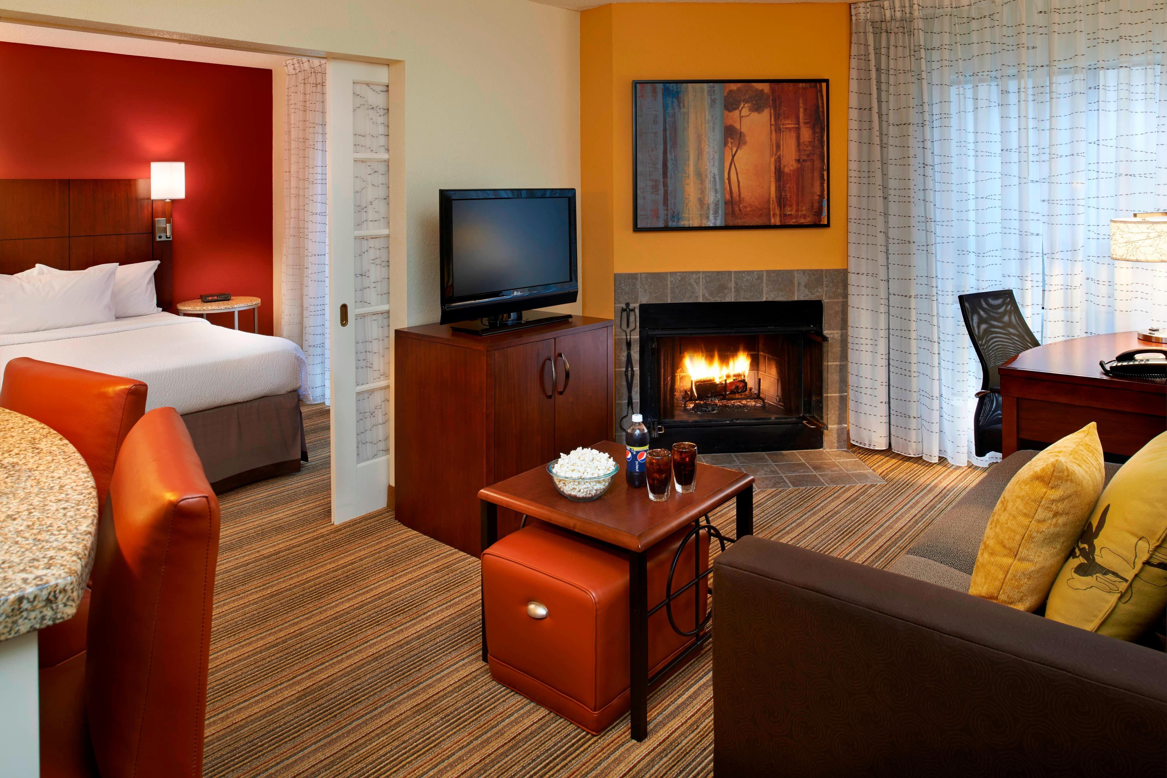 Suite mit einem Schlafzimmer mit offenem Kamin