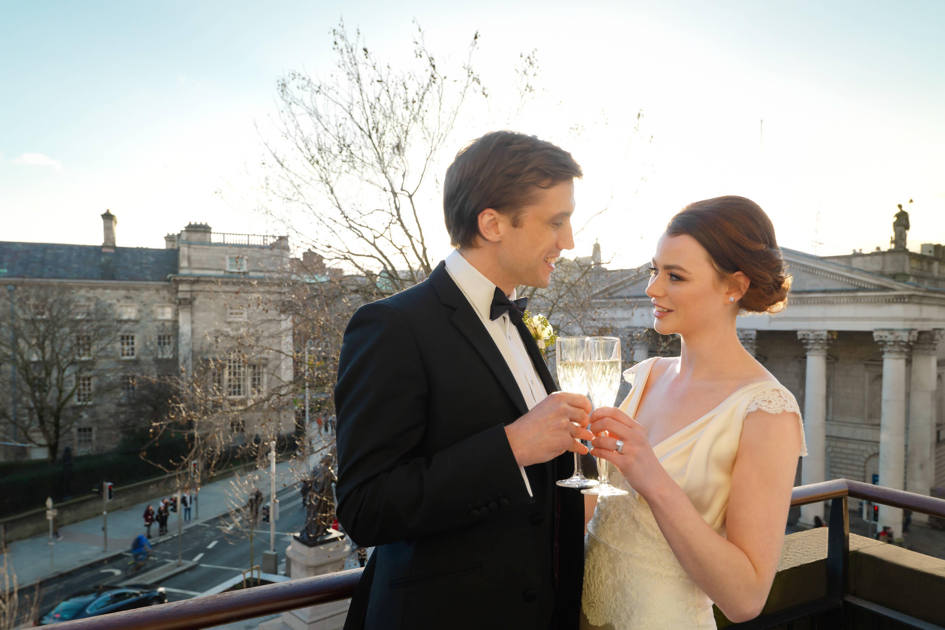 Couple sur le balcon de la suite présidentielle