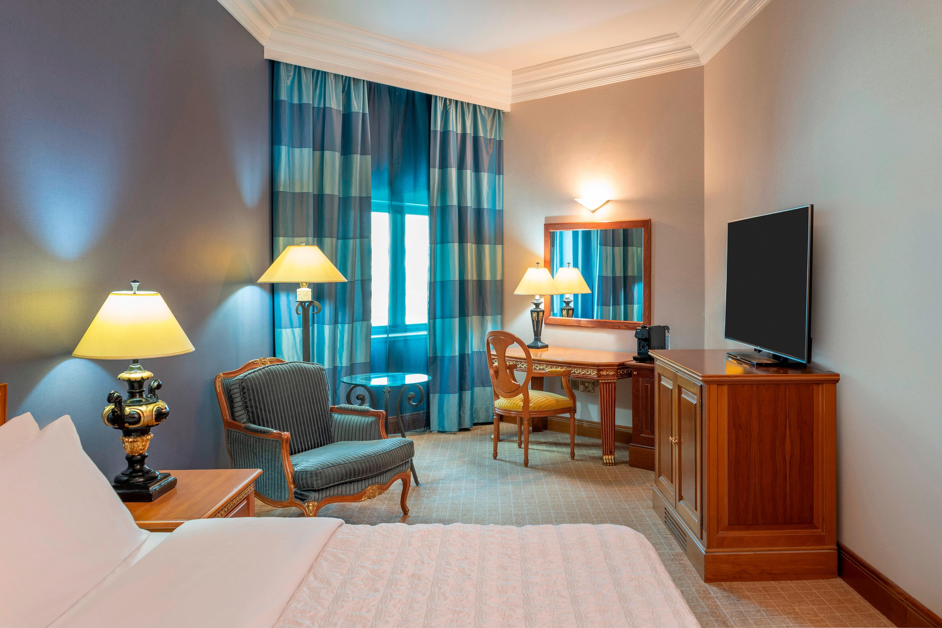 Habitación con cama tamaño King con instalaciones para personas con necesidades especiales